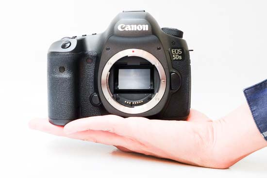 canon_eos_5ds-in-hand
